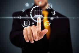 Ein Mann tippt auf einem virtuellen Bildschirm. Er wählt die Cyberversicherung für sein kleines Unternehmen.